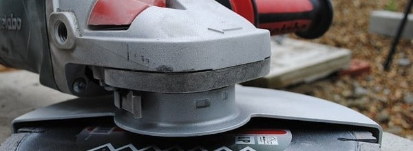 Disc_cutter_hand-held_power_tool_with_diamond_blade_disc_attached-crop